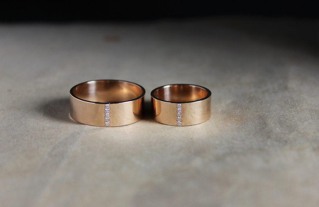 Обручальные кольца с дорожкой из камней