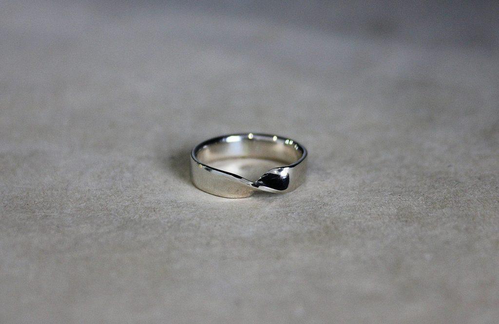 Кольцо - петля Мебиуса